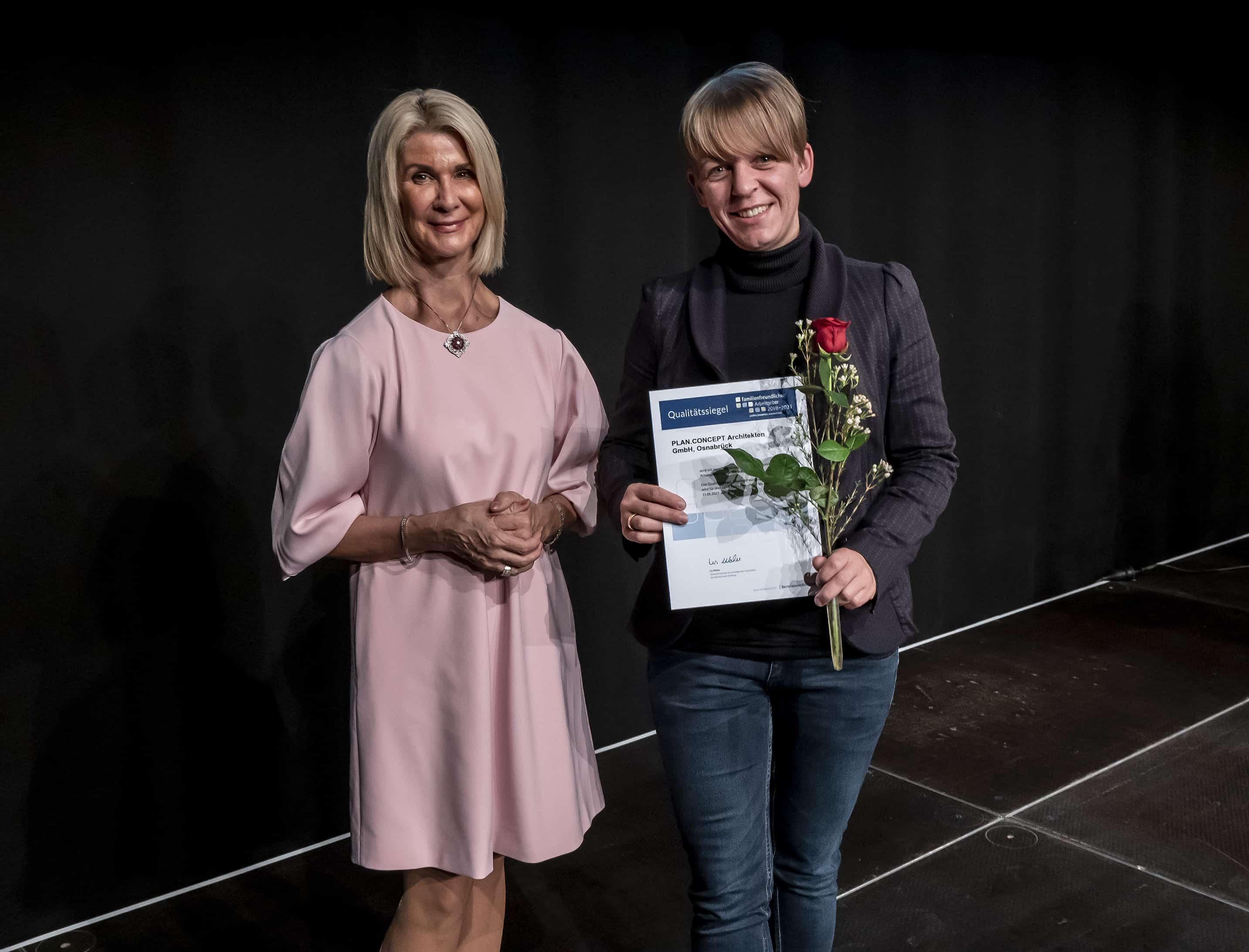 """Lena Hülsmeer von Plan Concept Architekten GmbH nimmt das Zertifikat """"familienfreundlicher Arbeitgeber"""" entgegen."""