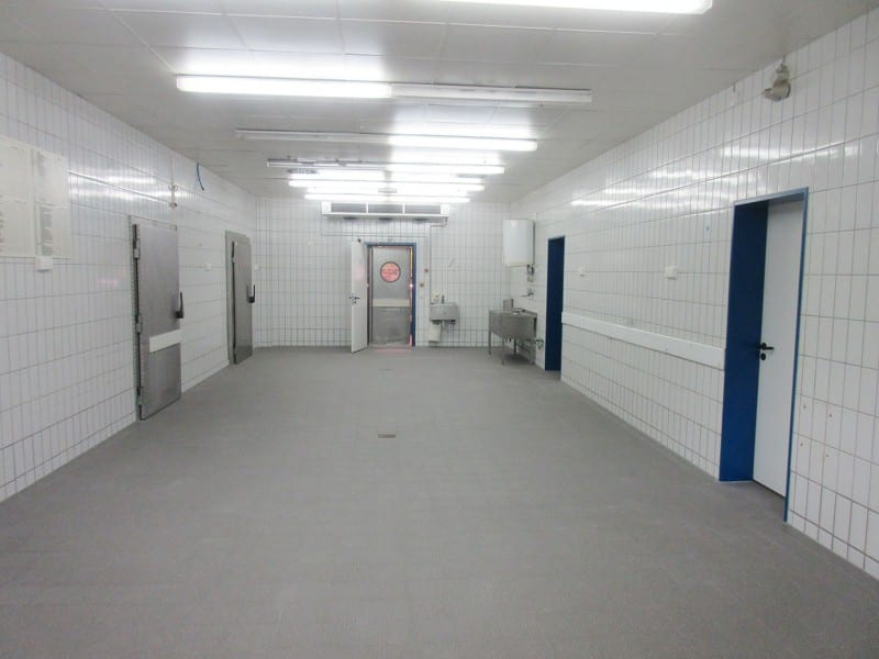 Fußbodensanierung nach Wasserschaden in der Fleischvorbereitung EDEKA Osnabrück | PLAN.CONCEPT
